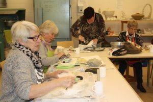 Ochtendcursisten aan het werk in de Werkplaats van Creatief Collectief Elst